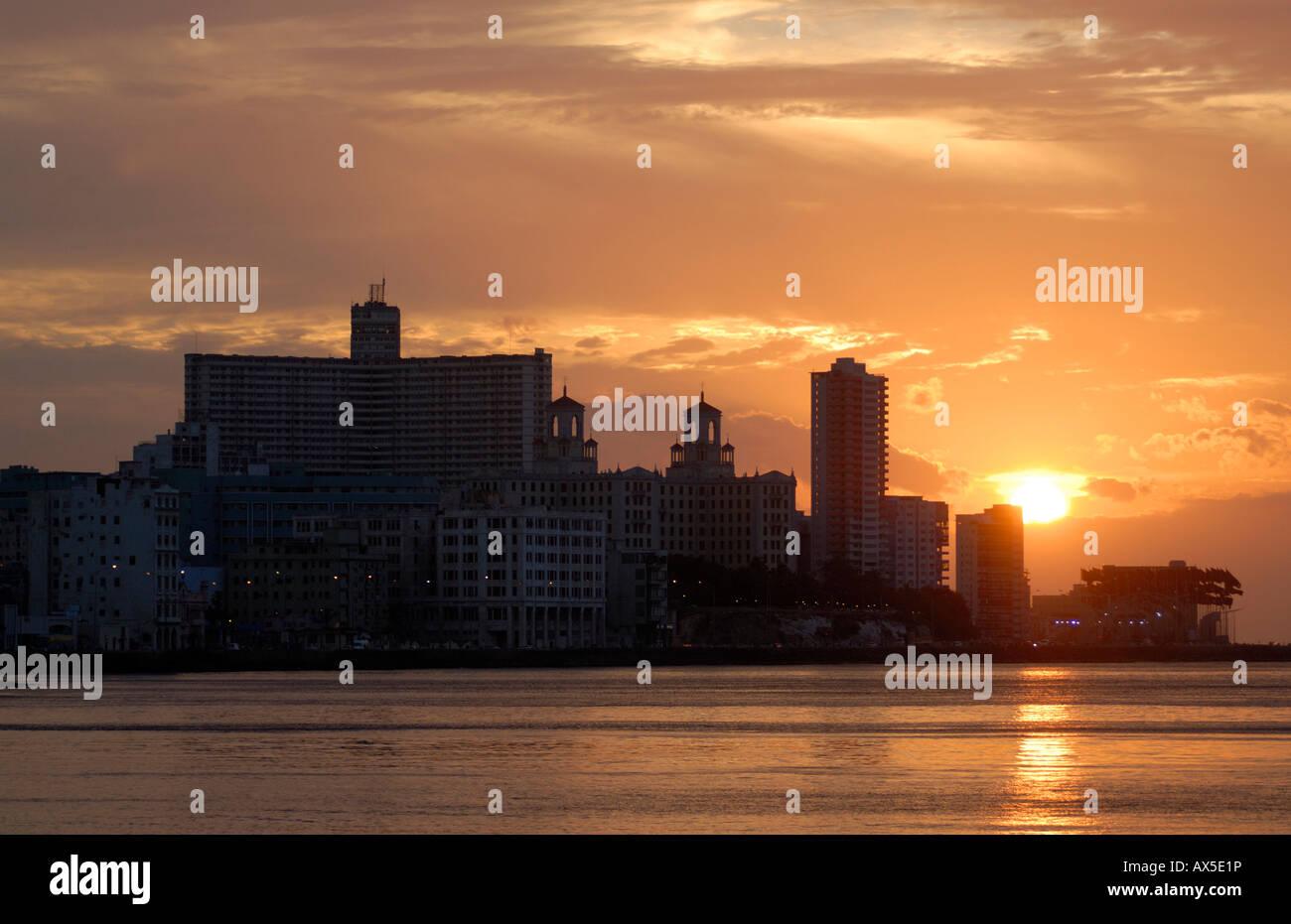 Coucher de soleil sur le Malecón, La Havane Libre Hôtel et l'Hôtel Nacional de La Havane, Cuba, Photo Stock