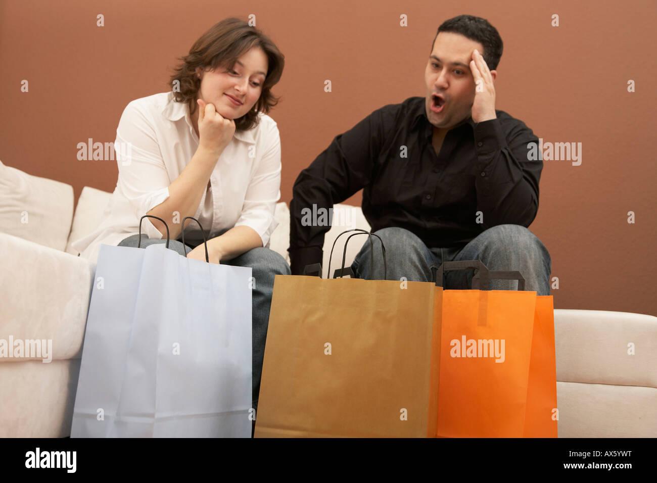 Homme choqué à son épouse des achats des Photo Stock