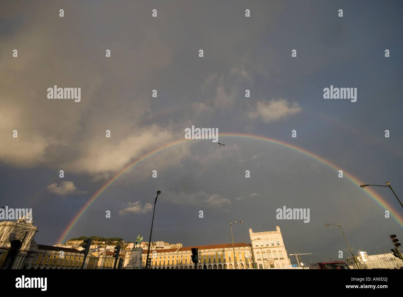 Arc-en-ciel sur la place du commerce à Lisbonne Banque D'Images