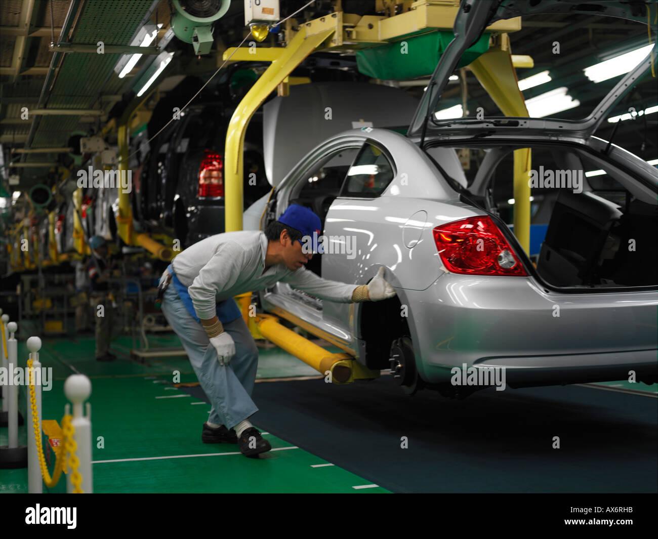 Les travailleurs de l'usine produisant les voitures hybrides Toyota Prius, travailler sur la chaîne de montage de la ville de Toyota Photo Stock