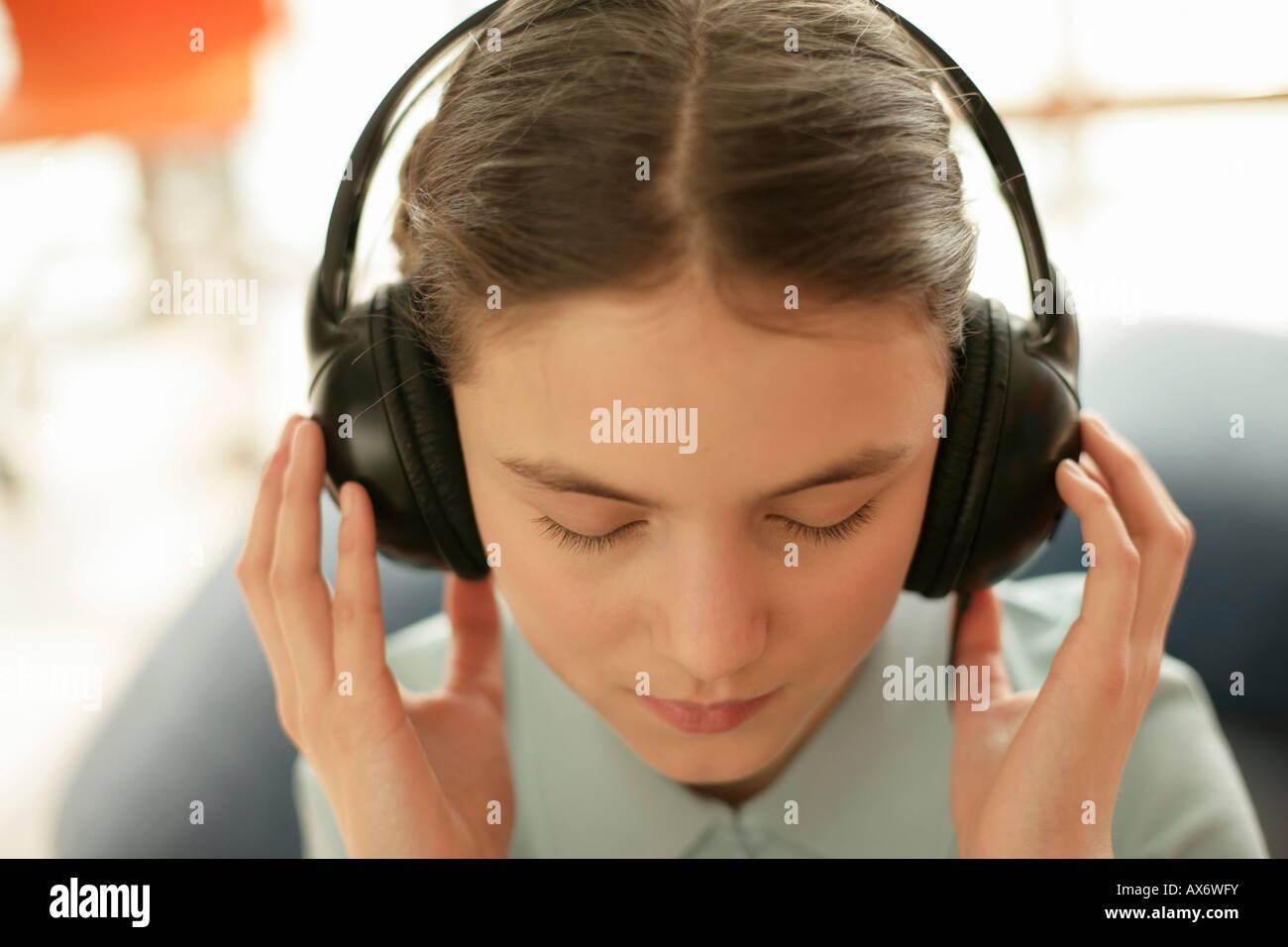 Fille à la musique d'écouteurs Photo Stock