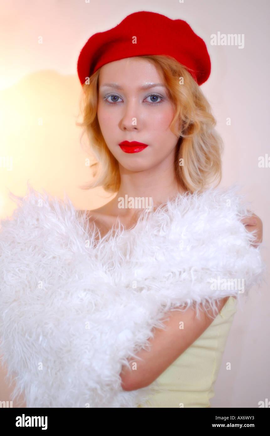 Blonde modèle dans la vingtaine avec blanc maquillage lèvres rouge à  fourrure blanche et béret rouge 70725baa683