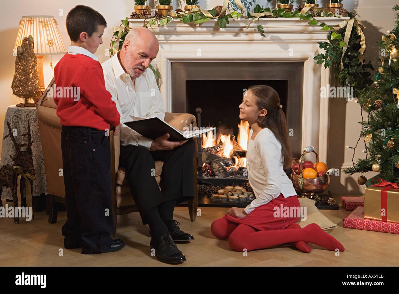 Grand-père raconter une histoire d'enfants Photo Stock