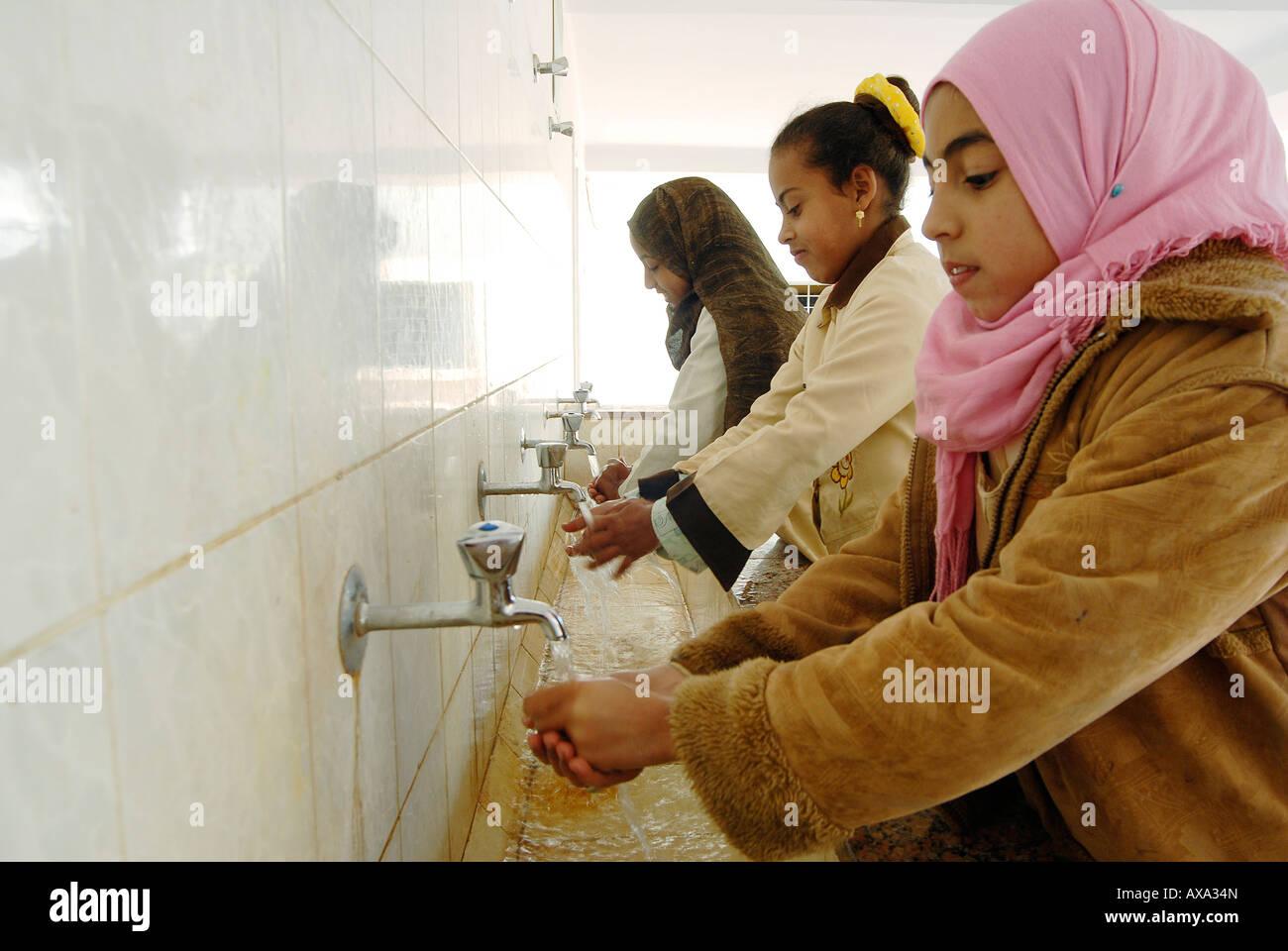 Baqoor El Gedida est de l'école bénéficiant d'un projet d'eau et d'assainissement Photo Stock