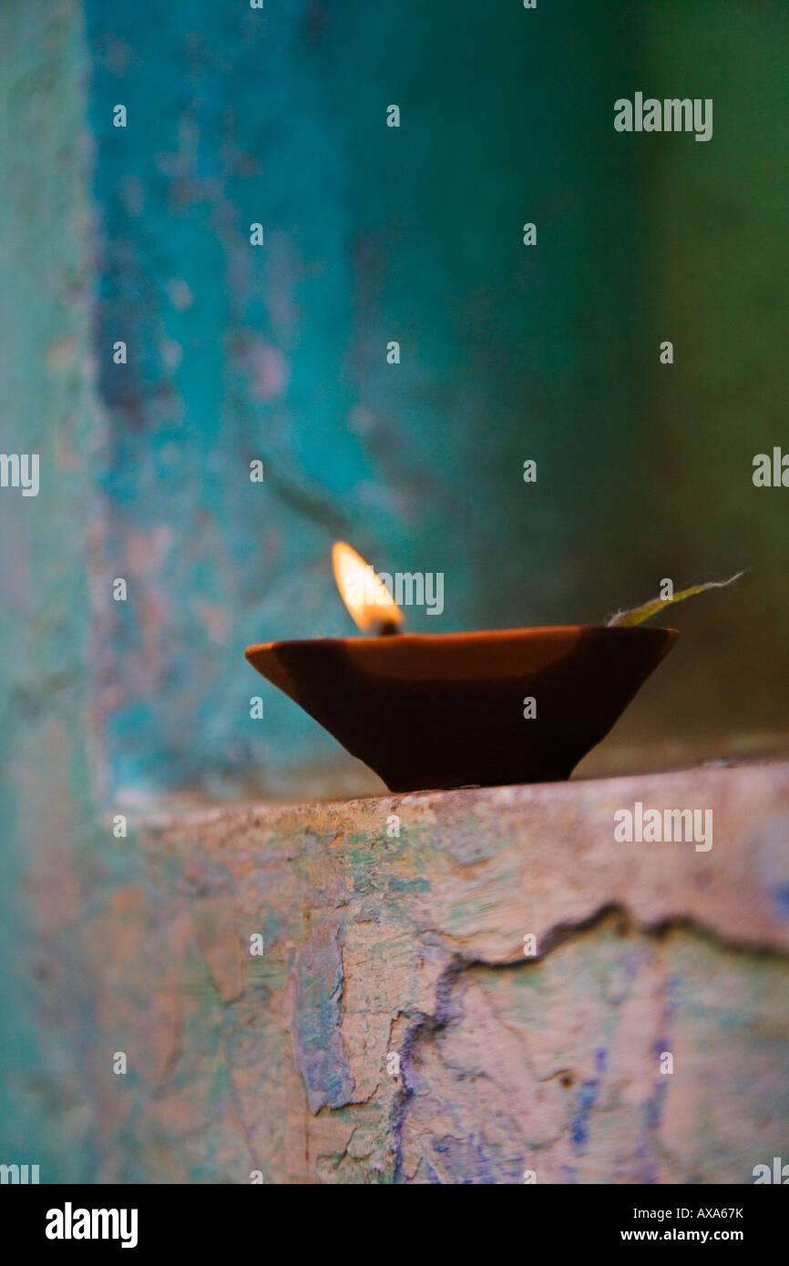 Lampe dans un petit sanctuaire extérieur maison traditionnelle Varanasi Inde Photo Stock