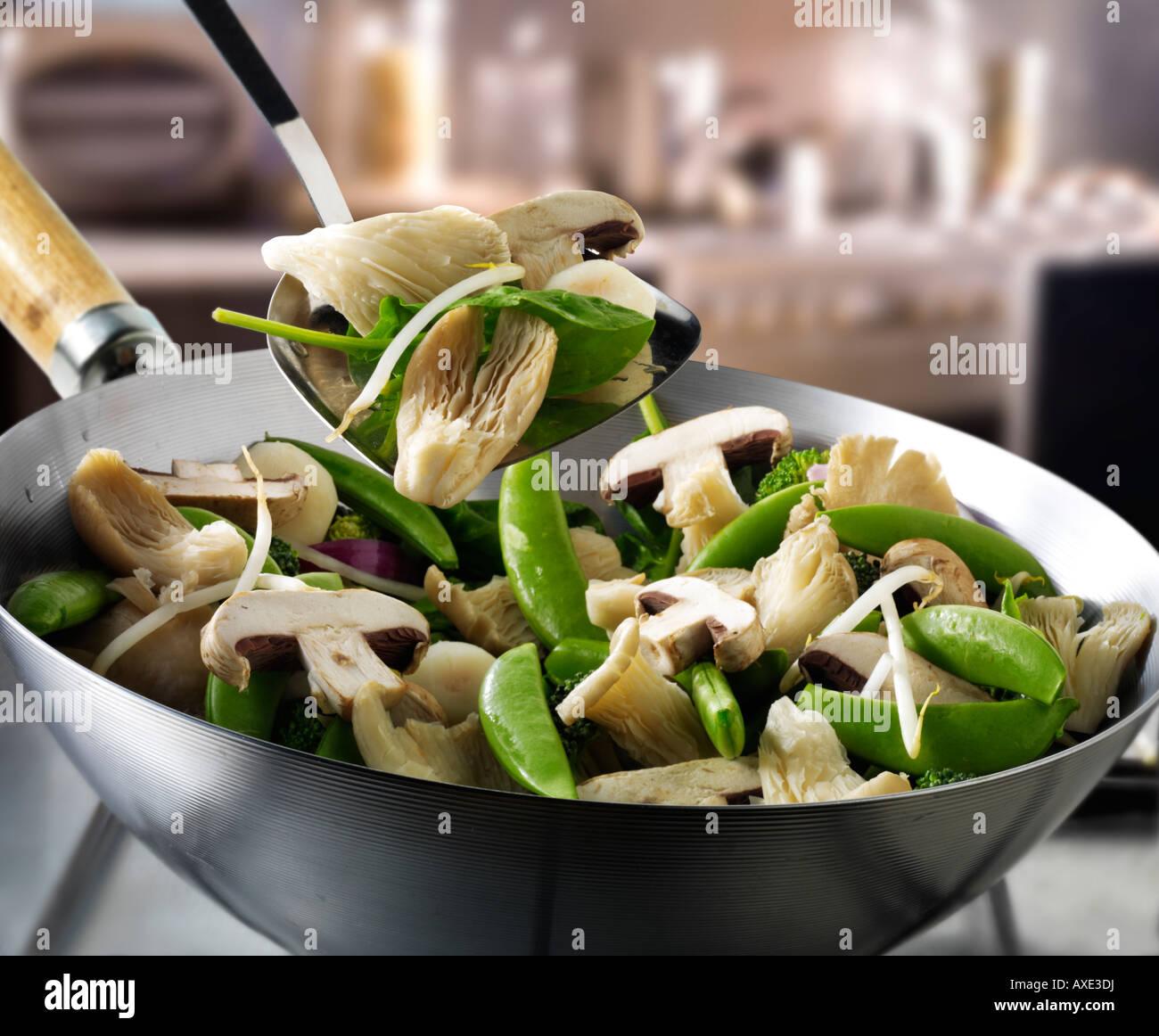 Sauté de légumes au wok étant brassé avec Shataki et pleurotes, mange tout et de légumes Banque D'Images