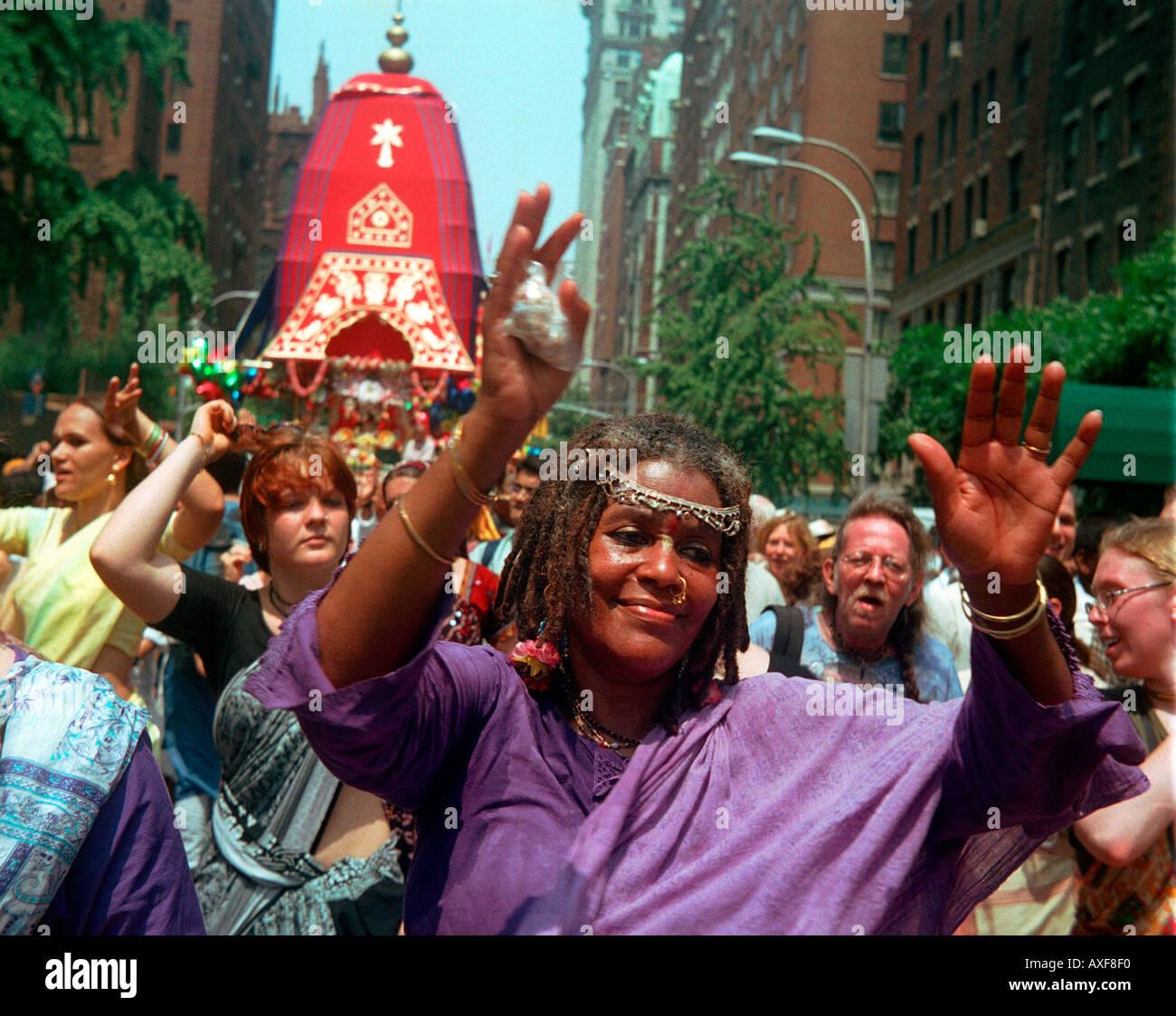 Les membres de la religion Hare Krishna dansent et chantent jusqu'Fifth Ave pour leur festival annuel de Light parade Banque D'Images
