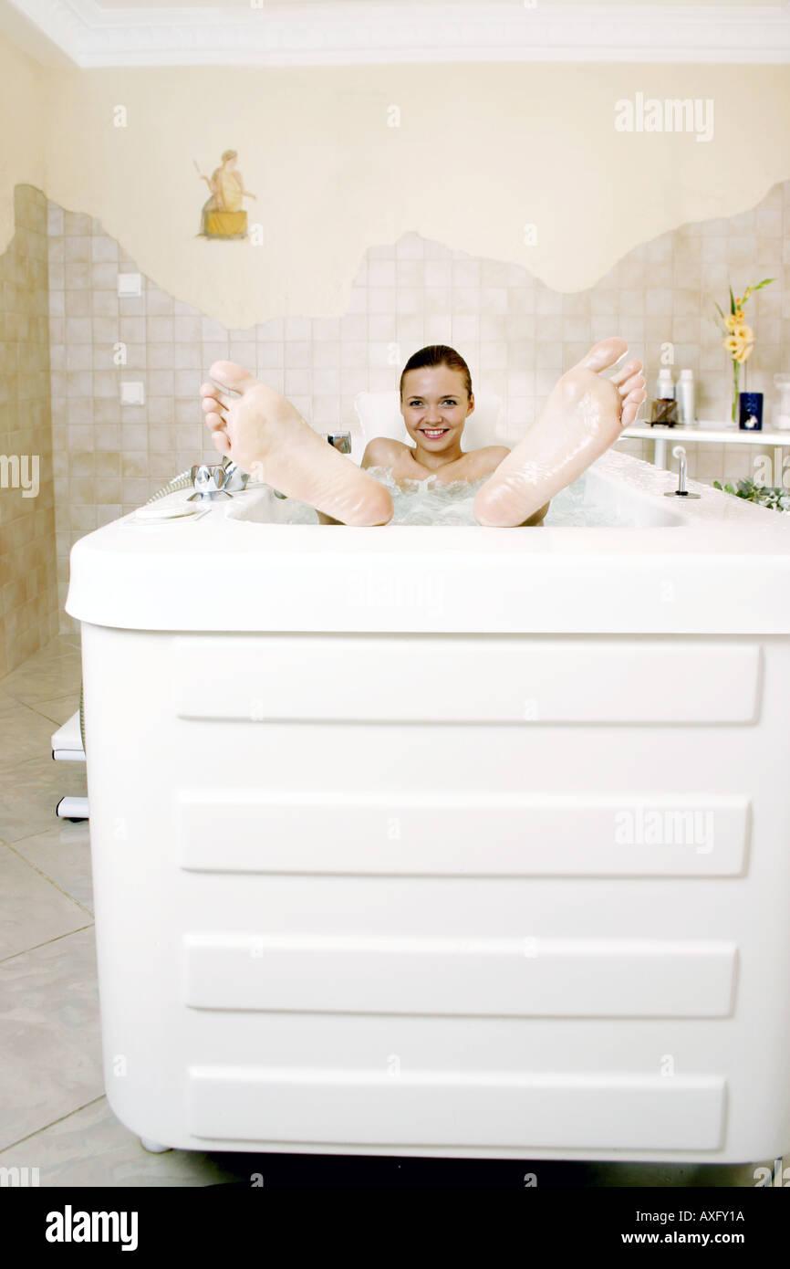 Tele Salle De Bain piscine télévision salle de bains femme jeune fille brune