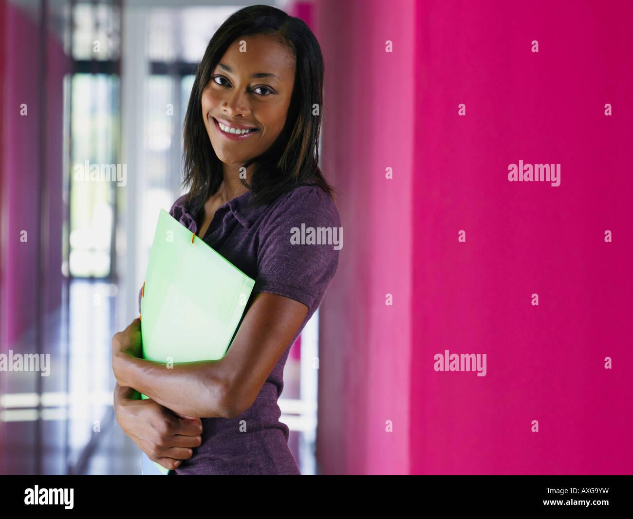 Businesswoman in Office Corridor Banque D'Images