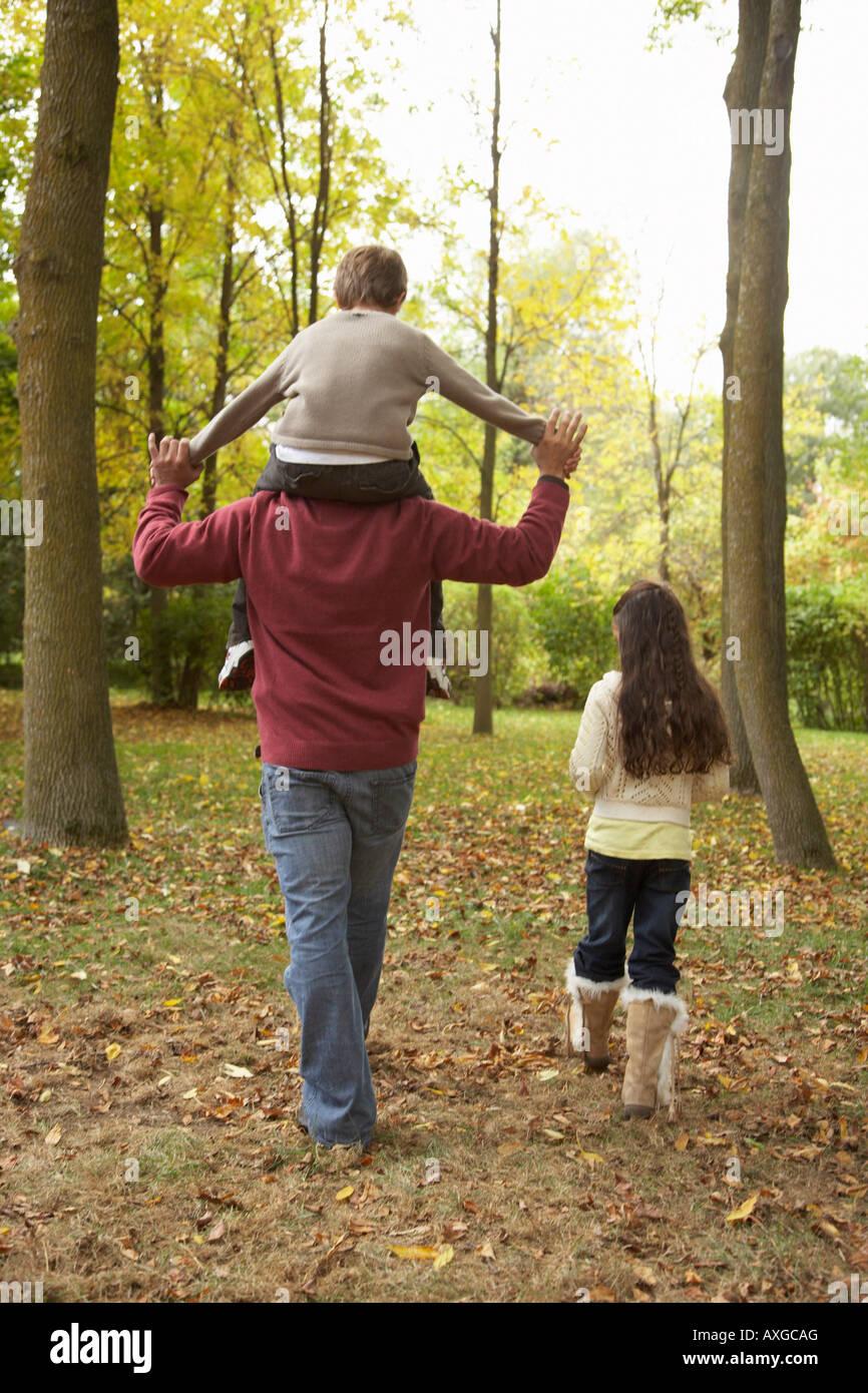 Le père et les enfants à pied à l'automne Banque D'Images
