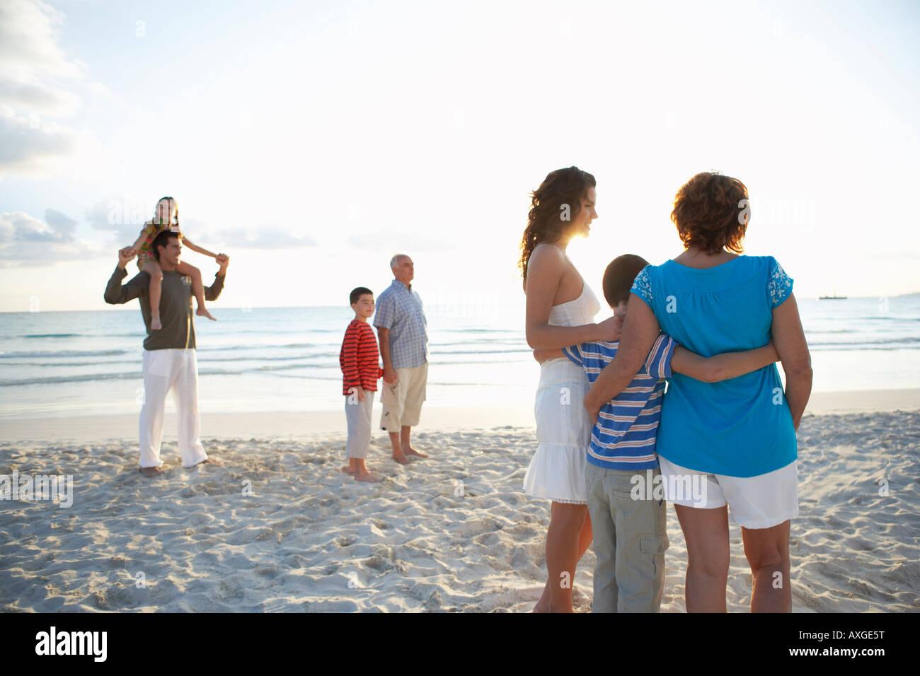 Famille sur la plage Banque D'Images