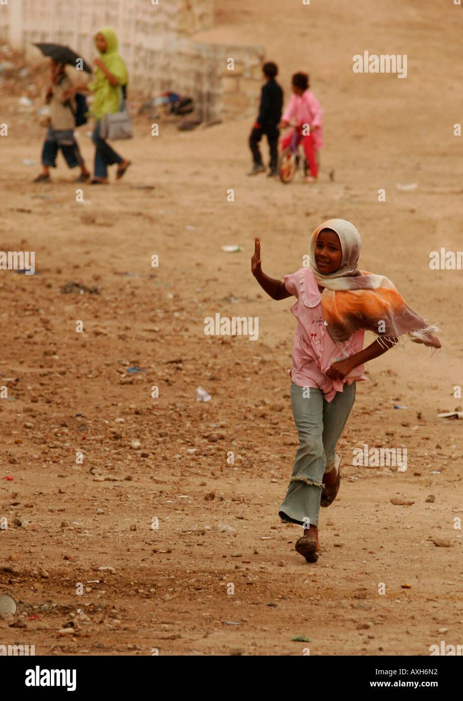 4381647b72bc Une jeune fille tunisienne aux côtés des courses de Train Lézard rouge les  montagnes Selja-