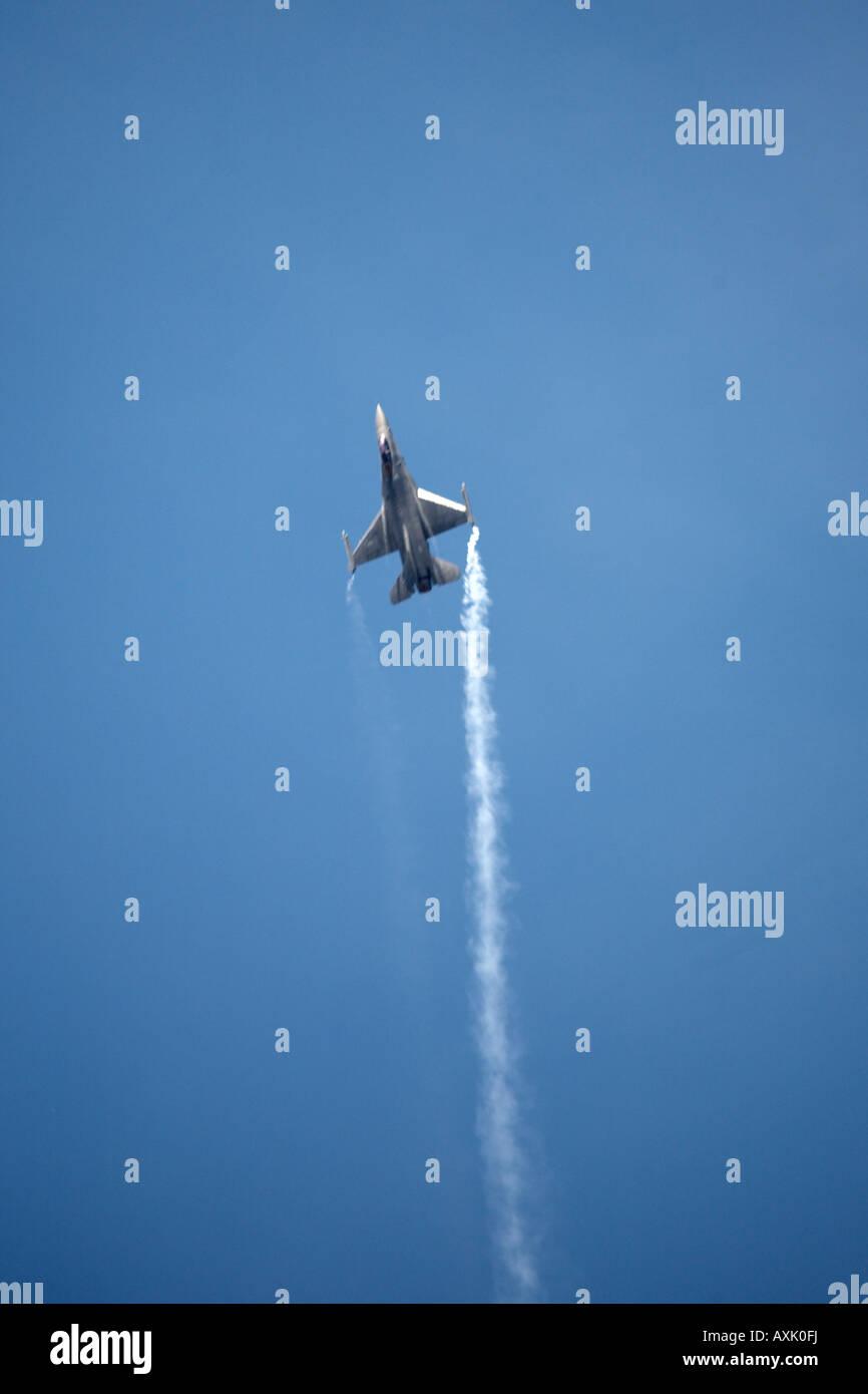 F 16 Fighting Falcon aircraft sur le pilotage de l'affichage à Farnborough International Airshow Juillet 2006 Banque D'Images