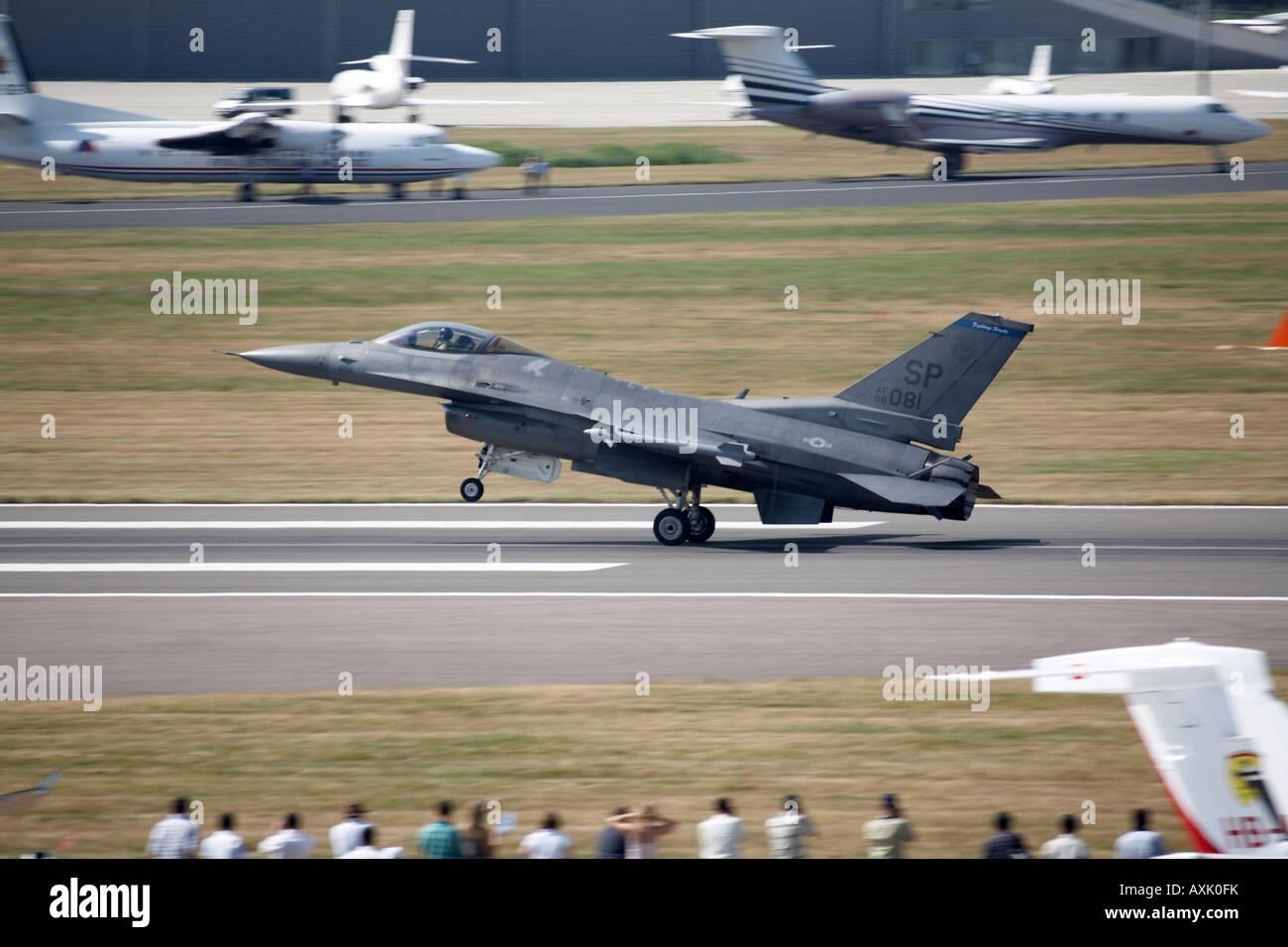 F 16 Fighting Falcon l'atterrissage d'un aéronef après démonstration de vol au salon Farnborough International Airshow Juillet 2006 Banque D'Images
