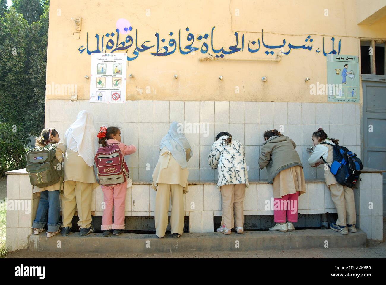 Omar Ibn Khattab l'école primaire est bénéficiant d'un projet d'eau et d'assainissement Photo Stock