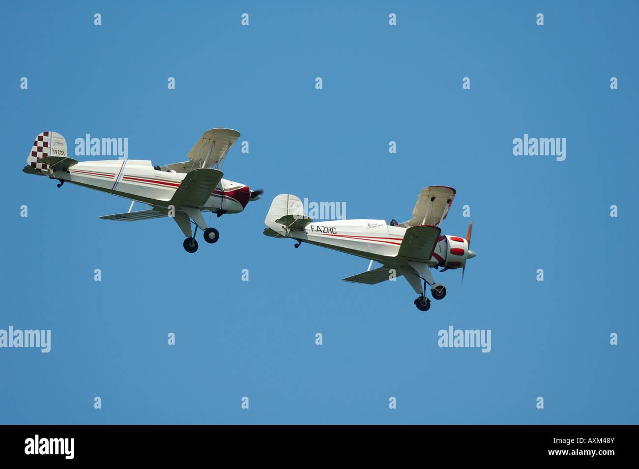 30 ans vieux biplans allemands Tronçonneur Bu 131 Jungmann (à gauche) et Tronçonneur Bu 133 Jungmeister Photo Stock