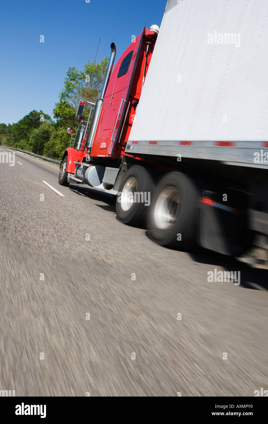 L'angle de vue du côté de la remorque du tracteur sur la route Photo Stock