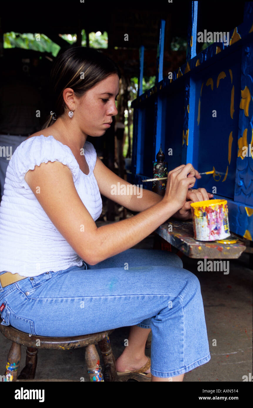 Sarchi, Costa Rica - Amérique centrale. Yoilin Jimenez peinture d'un panier à la Fabrica de Carreta (panier) usine Alfaro Photo Stock