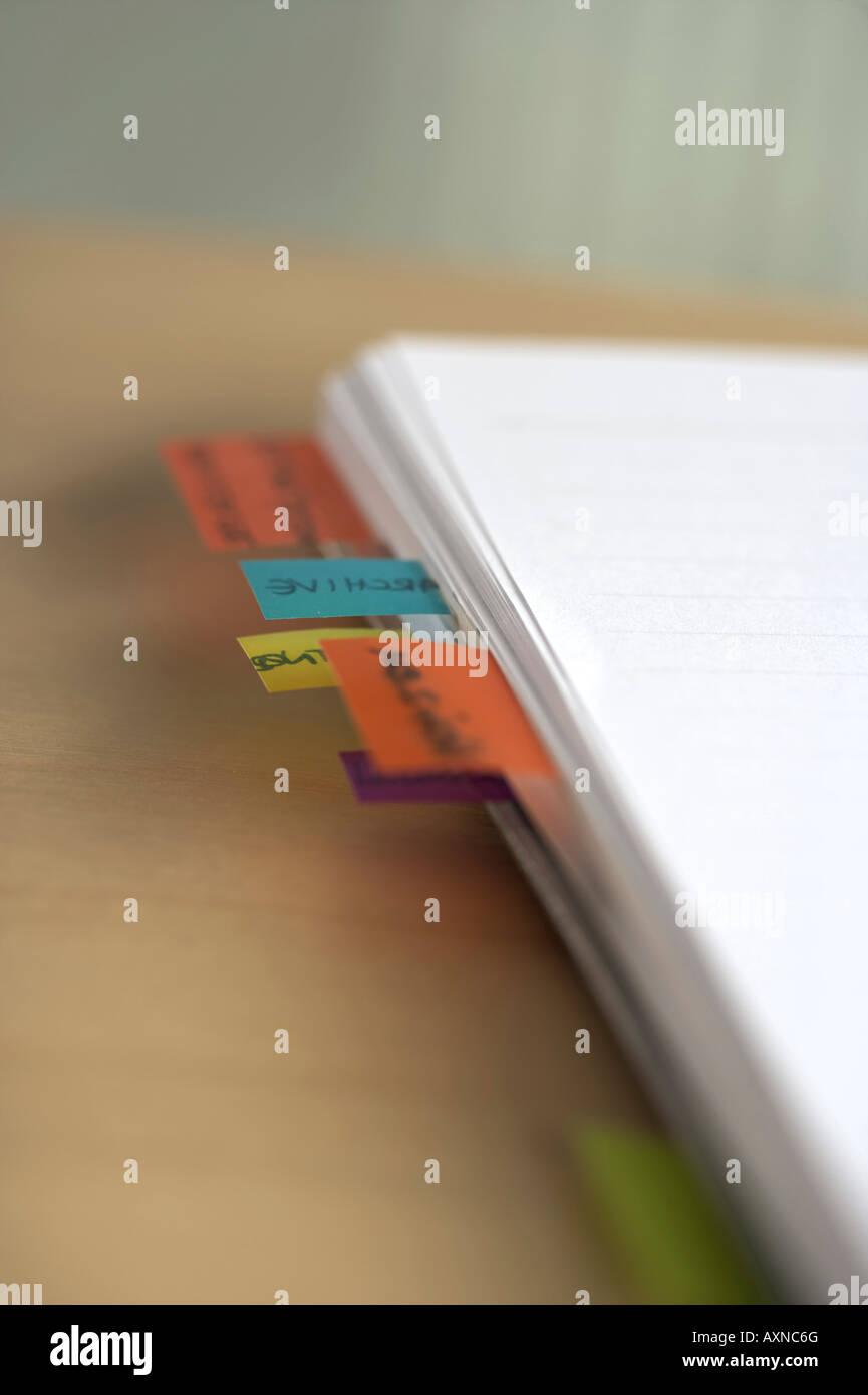 Post-it sur des documents Photo Stock