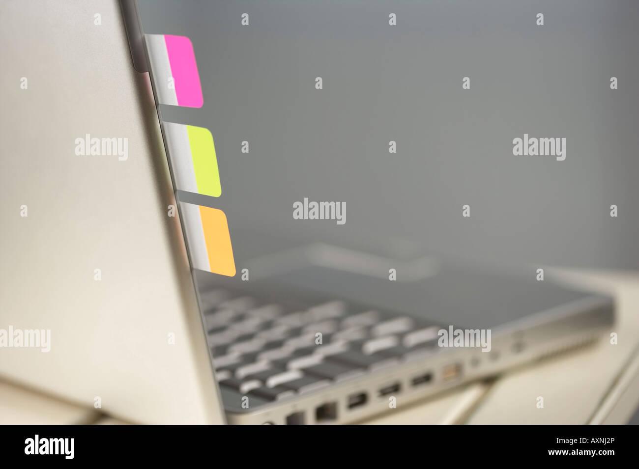 Notes Post-it à un ordinateur portable Photo Stock