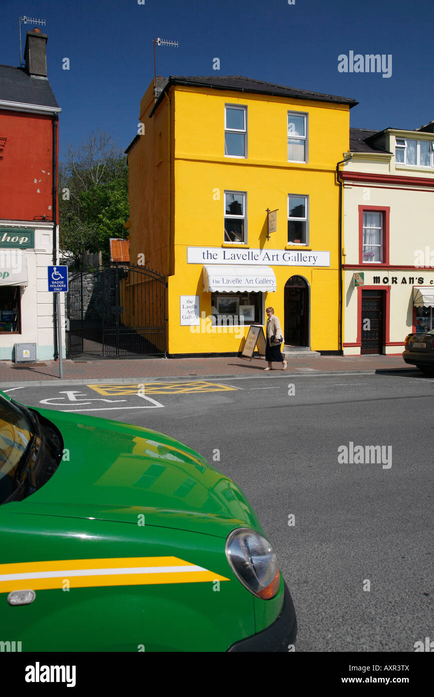 Galerie d'art dans la rue principale de Clifden, le Connemara, Irlande Photo Stock