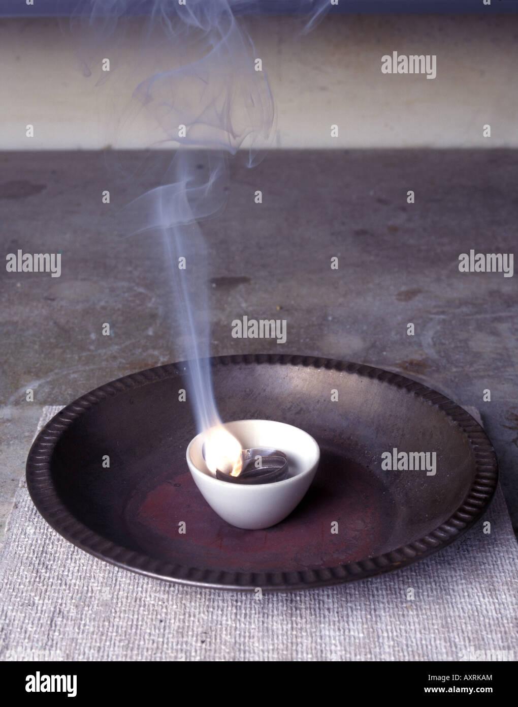 Ruban de magnésium brûle dans un creuset Photo Stock