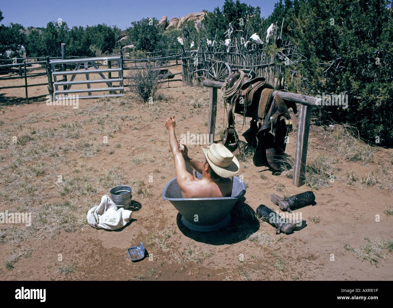 [Jeu] Suite d'images !  - Page 13 Un-cowboy-et-historien-marc-simmons-prend-un-bain-dans-une-baignoire-en-metal-sur-son-petit-ranch-dans-le-bassin-galisteo-axrr1p
