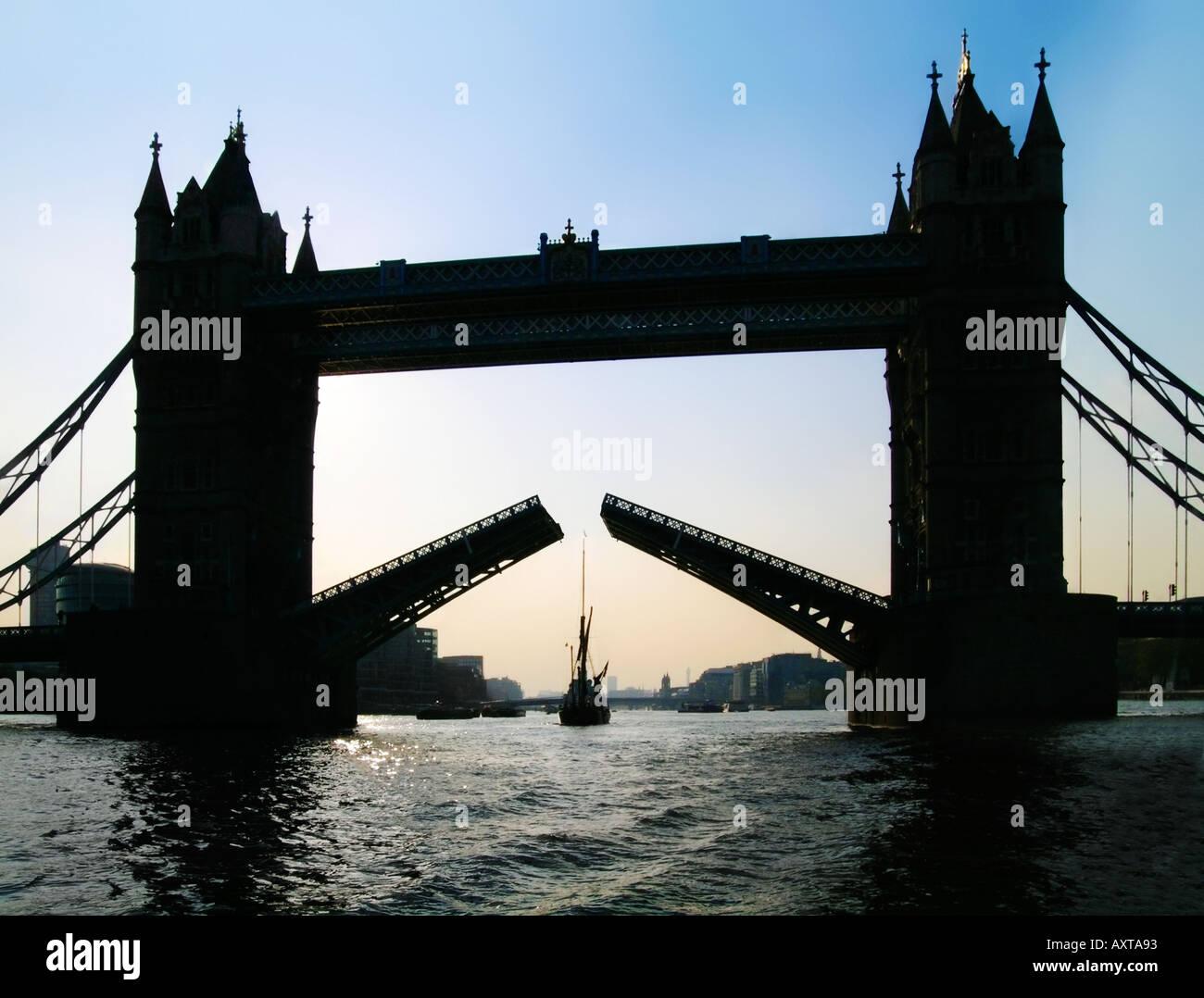 Tower Bridge London open soulevées pour location Photo Stock
