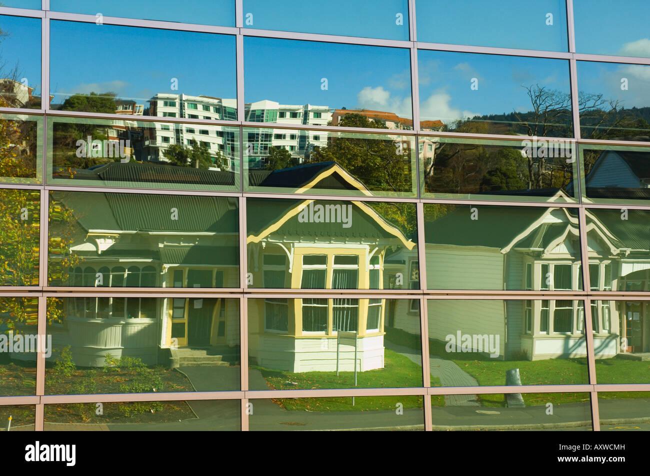 Maisons qui se reflètent dans windows, Dunedin, Otago, île du Sud, Nouvelle-Zélande, Pacifique Photo Stock