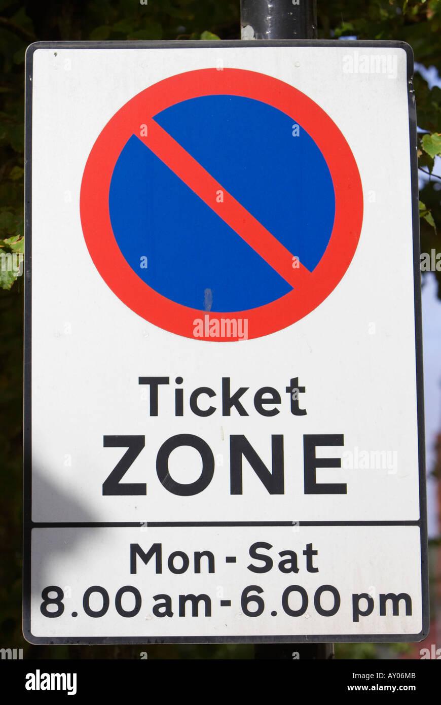 Zone de restriction de stationnement sur rue zone ticket connectez-vous du lundi au samedi de 8h00 à 18h00 Quartier de la cathédrale dans le centre-ville de Belfast Photo Stock