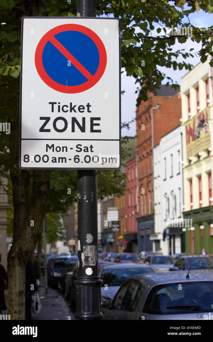 Zone de restriction de stationnement sur rue zone ticket connectez-vous du lundi au samedi de 8h00 à 18h00 sur la rue avec des voitures en stationnement Photo Stock