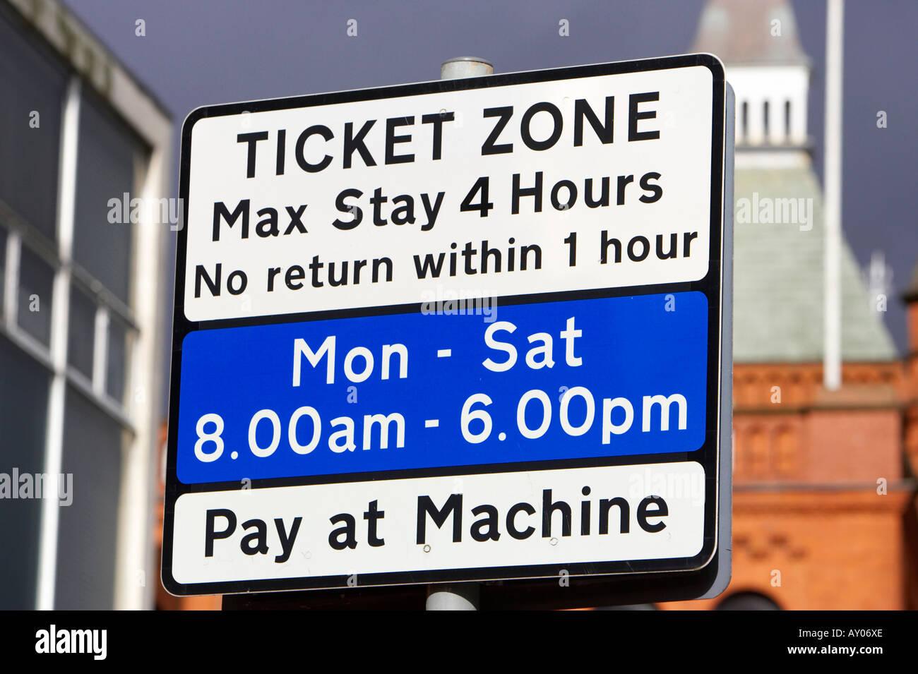 Zone de restriction de stationnement sur rue zone ticket connectez-vous du lundi au samedi de 8h00 à 18h00 machine à payer Photo Stock