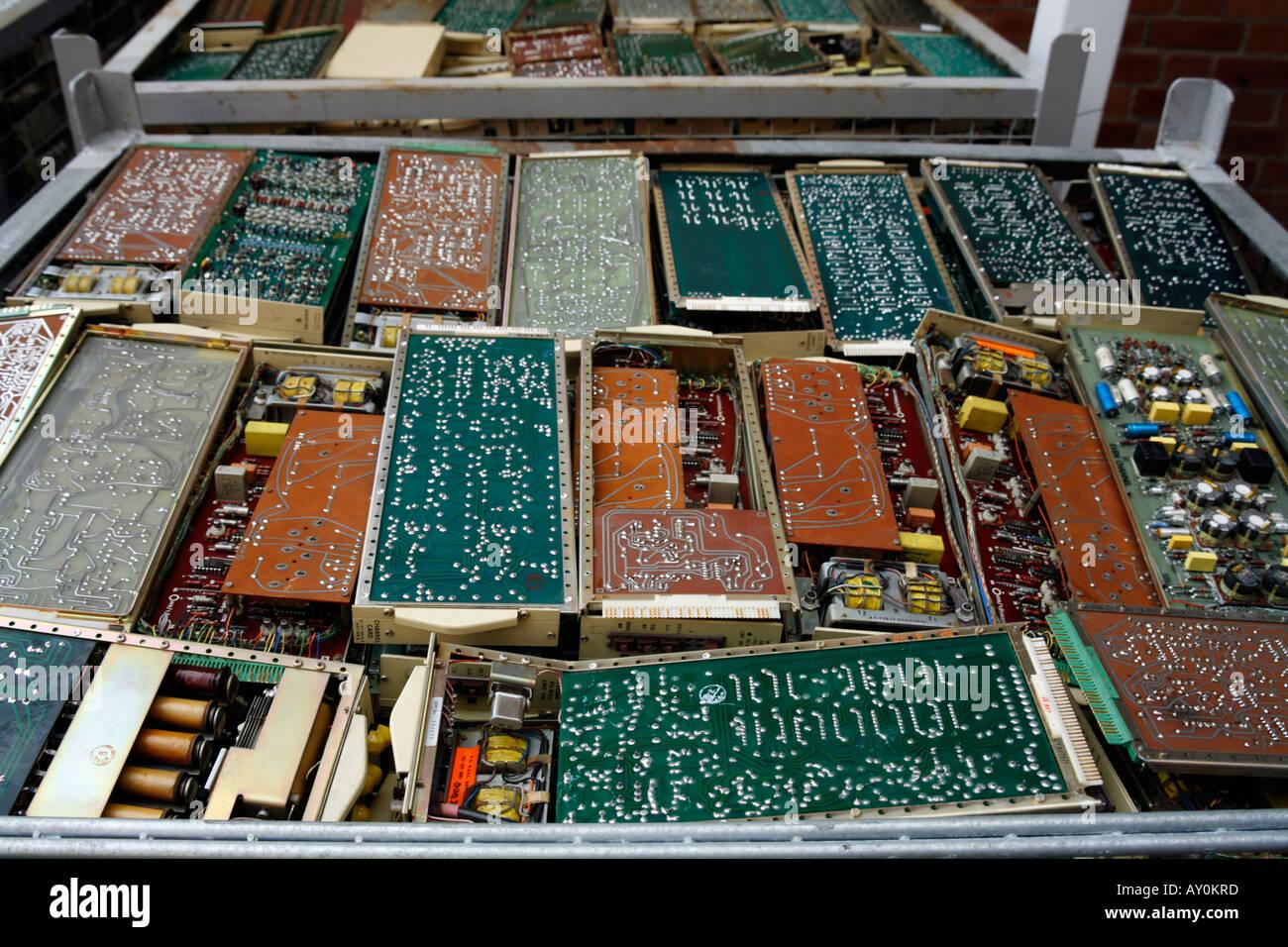 Déchets électroniques dans des bennes prêt pour les cartes de circuits d'élimination de l'équipement redondant Photo Stock