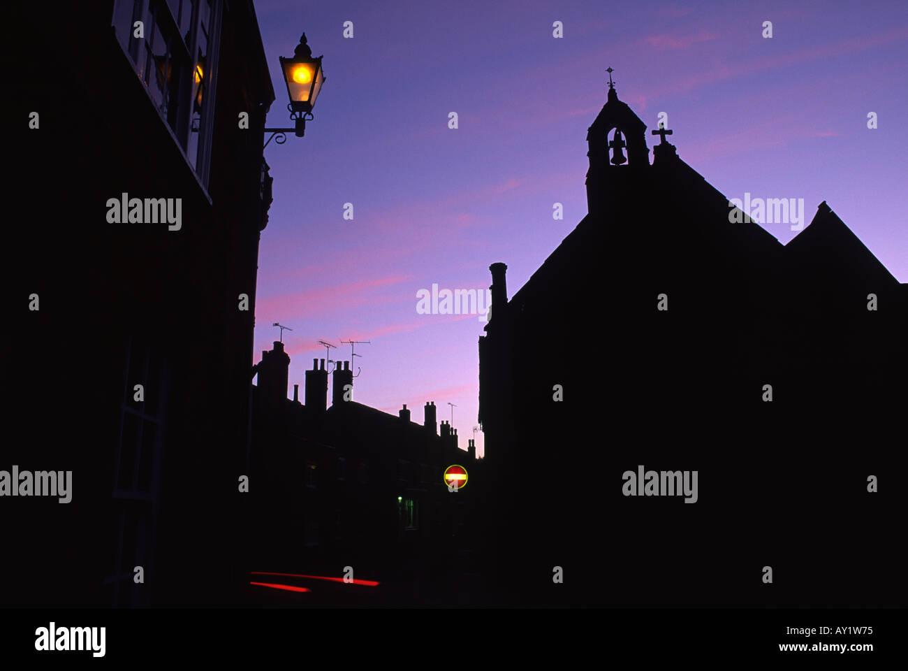 Silhouette de l'Almhouse au crépuscule dans la ville de Sherborne Dorset County England UK Banque D'Images