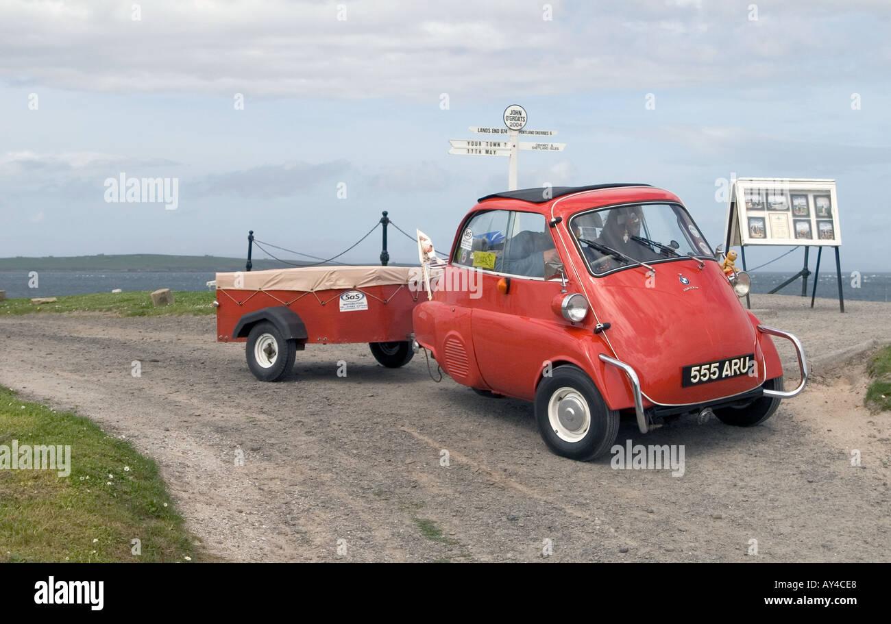 dh JOHN O GROATS CAITHNESS BMW Isetta signpost attraction touristique voiture scotland, panneau à trois roues après a99 Banque D'Images