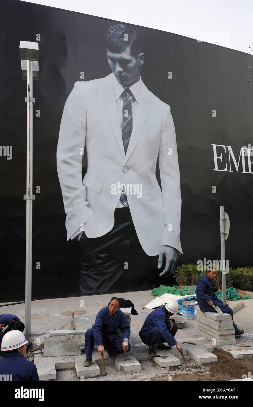 Les travailleurs chinois ouvrir minéral devant un énorme panneau d Emporio  Armani en CBD Beijing eabae48b23fd