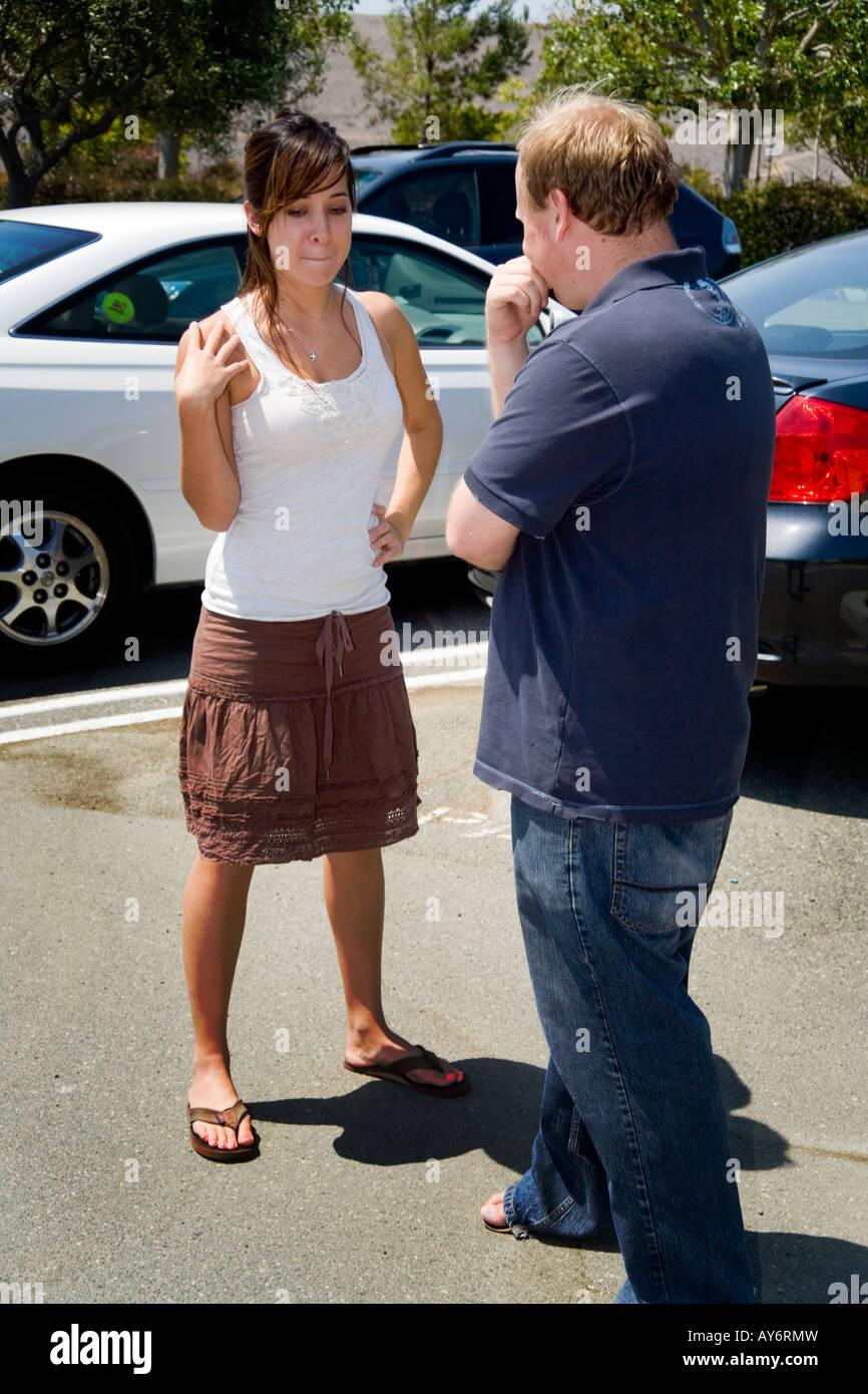 Une querelle de couple en colère dans un parking à Irvine CA Banque D'Images