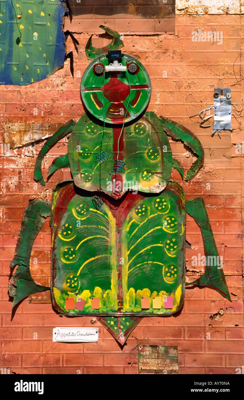Résumé dada artistique critters ramper le mur d'une galerie d'art, à la célébration de Cinco de Mayo à Carrizozo, Nouveau Mexique. Photo Stock