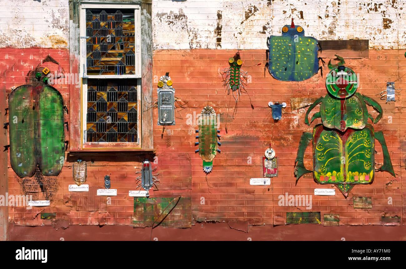 Étain artistique dada critters ramper le mur d'une galerie d'art, à la célébration de Cinco de Mayo à Carrizozo, Nouveau Mexique. Photo Stock