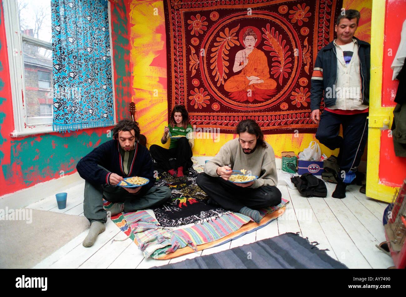 Les squatters ayant un repas dans le sud de Londres, squat. Banque D'Images