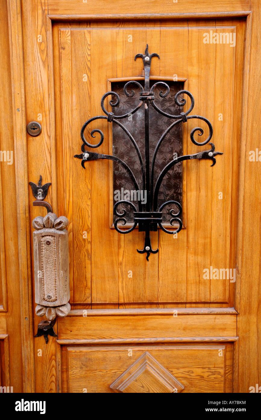 Porte En Bois Avec Un Treillis En Fer Forgé Plus Petite Fenêtre