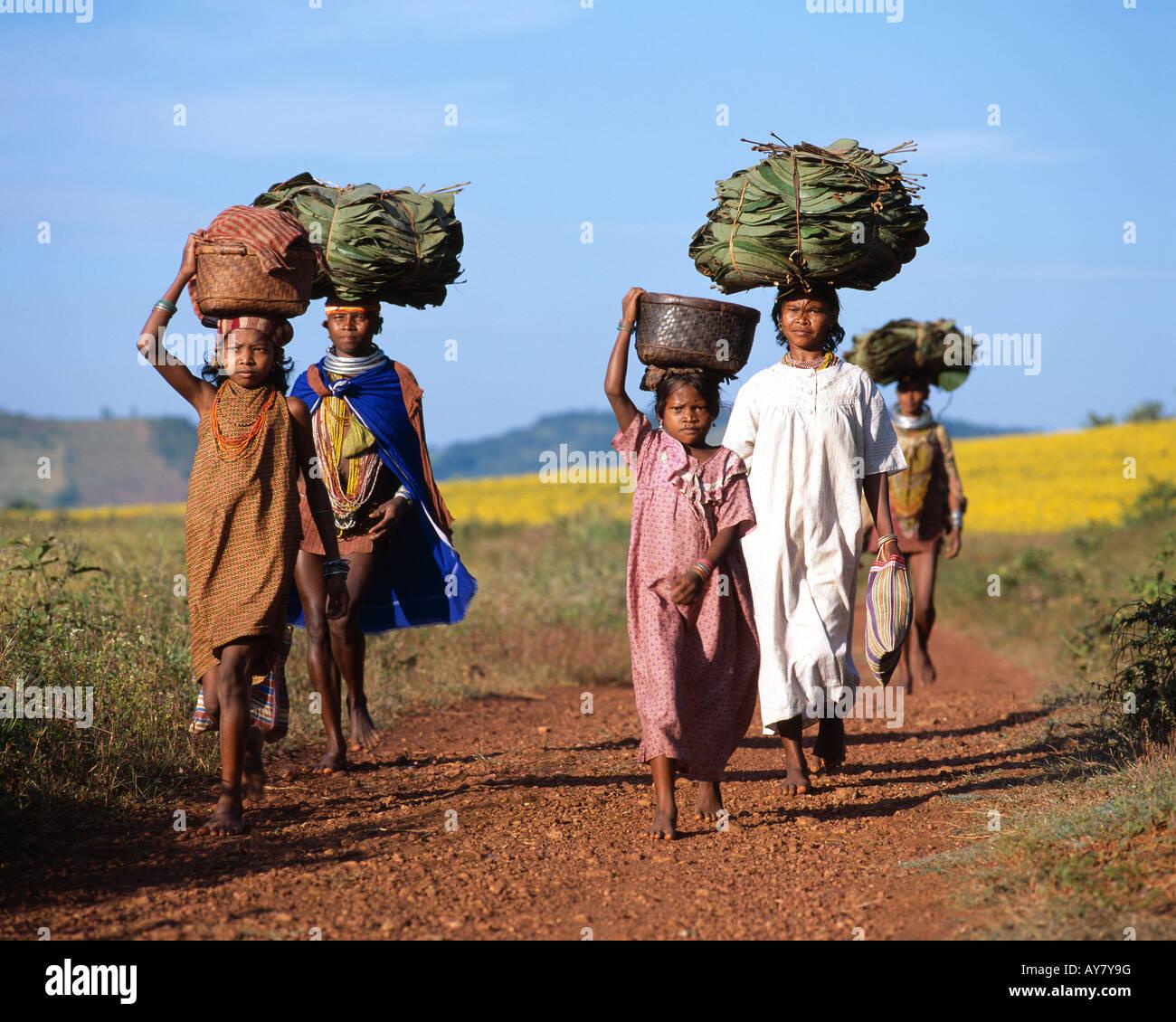 Bonda femmes tribales qui sera sur le marché, de l'Orissa, Inde Photo Stock