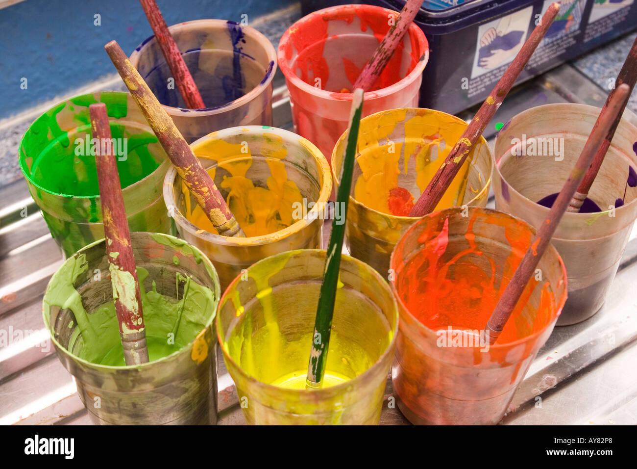 Lécole Maternelle Léducation Dans Des Pots De Peinture De Couleur