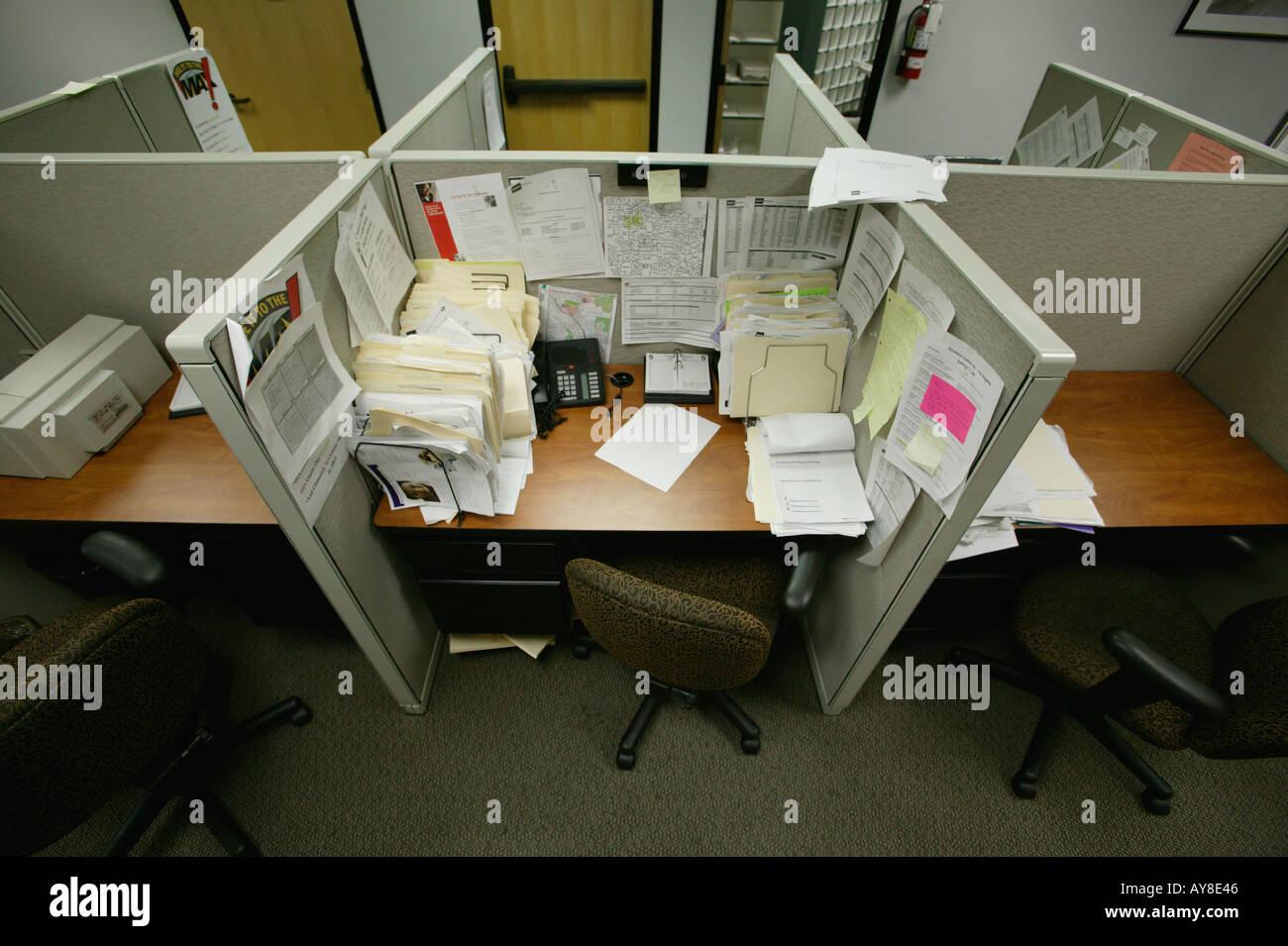 L'armoire en désordre dans les tours d'immeuble de bureaux Photo Stock