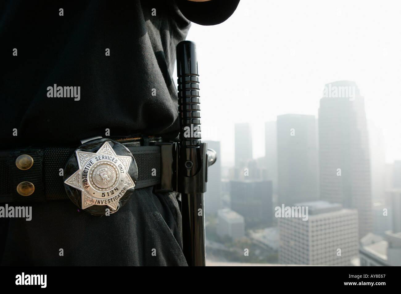 178283d40ed74 Agent de sécurité et d'un insigne sur le toit de l'immeuble de bureaux de grande  hauteur avec le centre-ville de Los Angeles CA skyline en arrière-plan