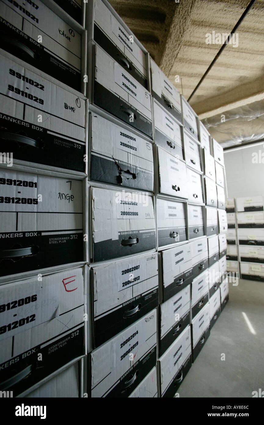 Des fichiers stockés dans des boîtes de la paperasserie dans l'installation de stockage du bâtiment de bureau Photo Stock