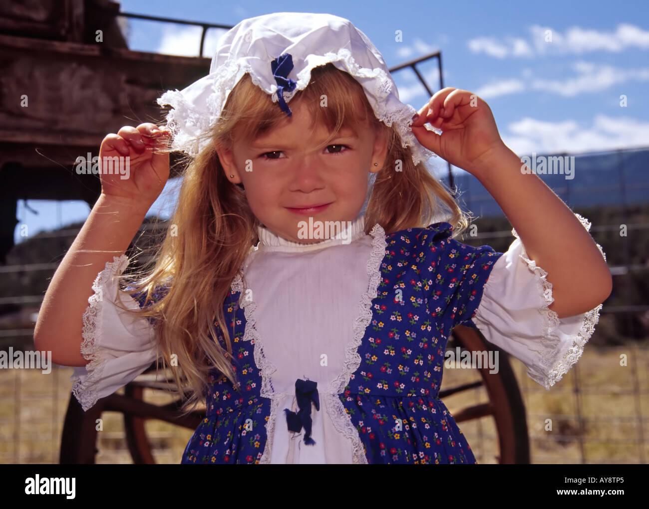 MR 573 Mariah Pethick parade comme un joli lass pioneer à 'Miner's Day', dans la ville fantôme de chênes blancs, Nouveau Mexique. Banque D'Images