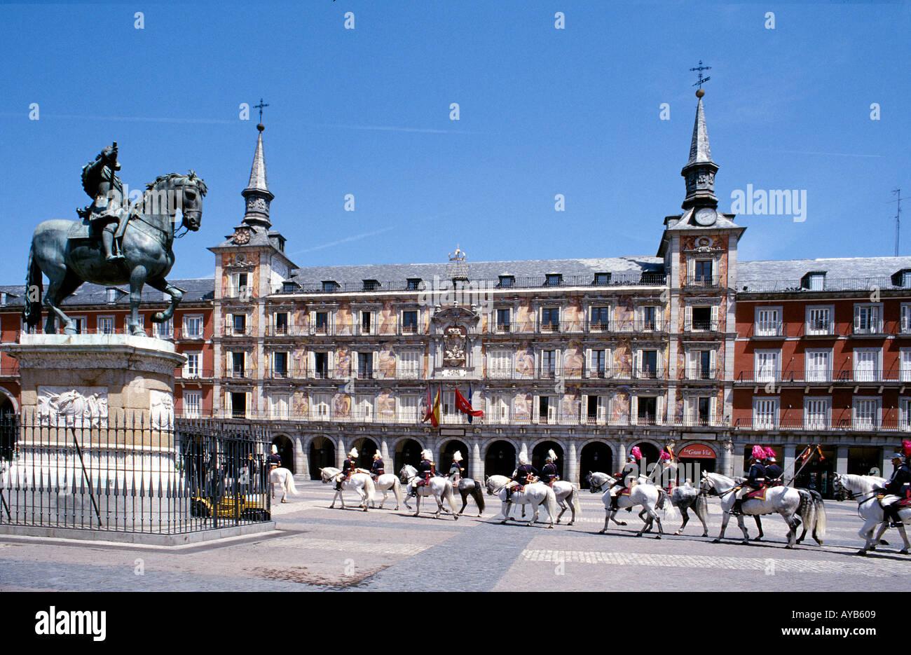 Plaza Mayor 1617 Casa de la Panaderia avec statue équestre de Banque D'Images