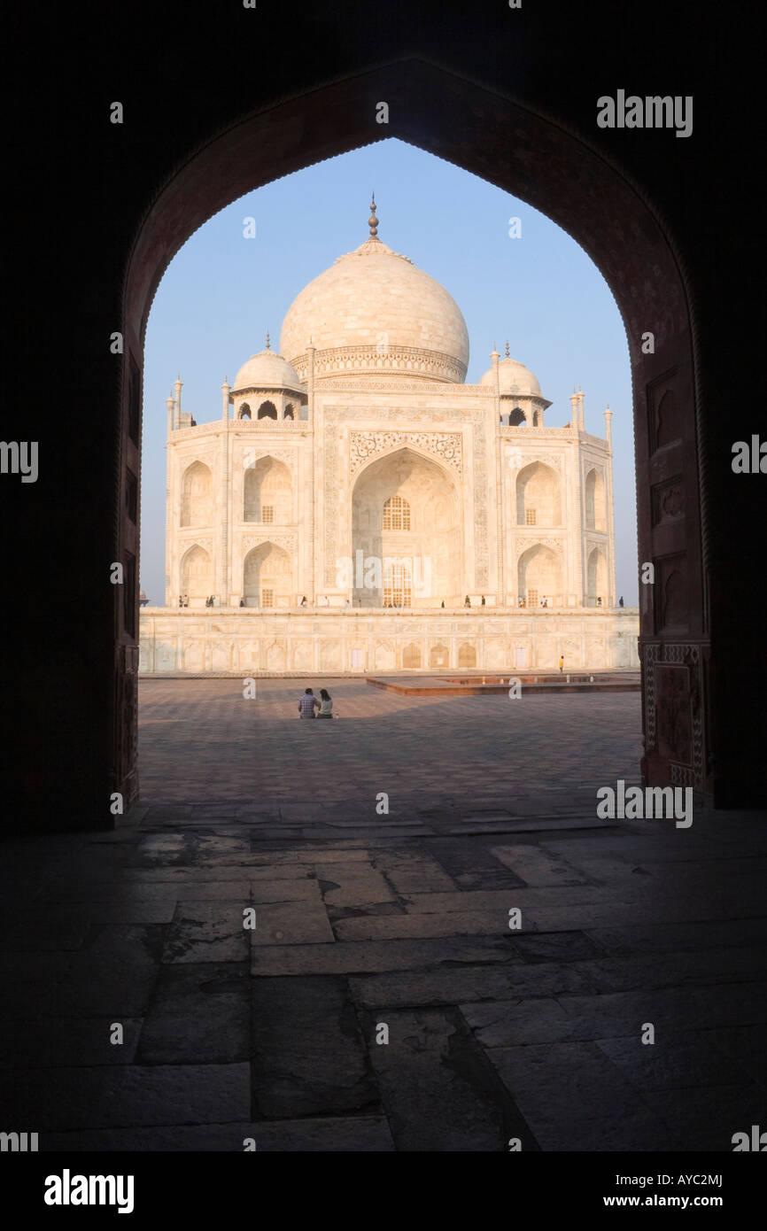 Taj Mahal au lever du soleil à la recherche à travers une arcade Photo Stock