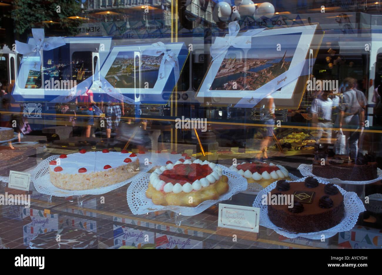 Vitrine avec des gâteaux de pâtisserie Sprungli célèbre de Zurich en Suisse